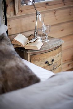 Living in the mountains - reading in bed Chalet Style, Ski Chalet, Winter Cabin, Cozy Cabin, Cabin Chic, Alpine Style, Decor Inspiration, Bedroom Inspiration, Relax