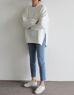 Weißer Pullover und weiße Adidas-Sneakers im lässigen minimalistischen Outfit. - Weißer Pullover und weiße Adidas-Sneakers im lässigen minimalistischen Outfit