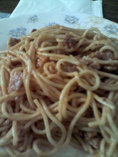 Spaghetti con jamón, chorizo y tomate.