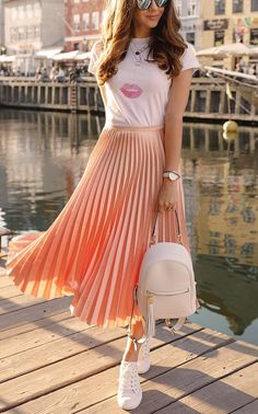 When we look at the latest outfit trends, one of the most popular and beloved styles is the pleated skirt outfit ideas. Especially in street style outfits Midi Skirt Outfit, Pleated Midi Skirt, Skirt Outfits, Dress Skirt, Mini Skirt, Swag Dress, Skater Skirt, Dress Shoes, Classy Outfits