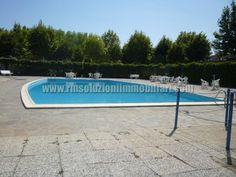 SIV525 .In complesso condominiale con piscine in vendita villetta a schiera di testa con giardino privato pavimentato disposto su tre lati, patio abitabile, barbecue