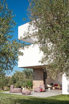Villa Extramuros in Arriolos, Alentejo, designed by Jordi Fornells and Rolf Heinemann of Vora Arquitectura. Photo by Adrià Goula. Contemporary Building, Contemporary Architecture, Villa, Resorts, Hotel Concept, Photo Galleries, Patio, Gallery, Places