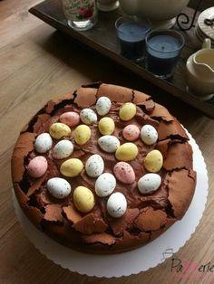 Een heerlijke chocoladetaart! Verassend gemakkelijk te maken en qua decoratie aan te passen aan elk thema zoals nu als Paastaart
