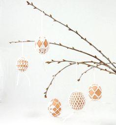 """Wir sind ein klein wenig verliebt in diese schöne Osterdeko-Idee. Die Häkelanleitung dazu findet ihr auf MadeByLVLY.etsy.com.   #etsyde #crochetlove #osterdeko #ostereier #diy #handmade #selbstgemacht"""""""