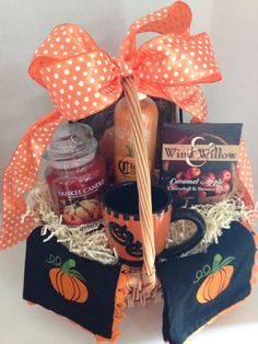 That Will Motivate You Fall Basket Ideas Gift 72 Fall Gift Baskets, Easter Baskets To Make, Themed Gift Baskets, Wine Gift Baskets, Raffle Baskets, Diy Halloween Gifts, Halloween Gift Baskets, Cute Halloween, Halloween Candy