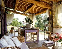 Uma varanda que pertence a uma casa rústica na província de Grosseto, na região da Toscana, Itália.   Fotografia: Andrea Vierucci / AT Casa.