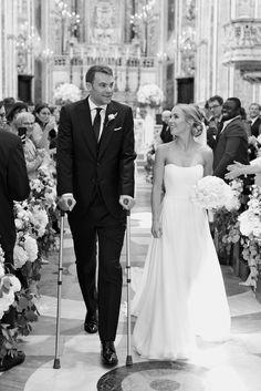 Hochzeit auf Krücken: Manuel Neuer heiratet Der Bayern-Torwart schreitet mit Gehhilfen zum Traualtar. Auf den Hochzeitsfotos posiert er jedoch ohne Krücken. Ein Ex-Mitspieler weilt unter den Gästen.