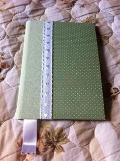 Caderno brochura 1/4 capa dura, com 48 fls,  encapado com Tecido 100% algodão.  Contracapa em tecido, ótimo acabamento.  Aplicação com dois tecidos e fita de gorgurão.  Confeccionamos em outras estampas, consulte nosso álbum - Cadernos em Tecido.