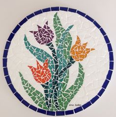 Mosaico tulipas - tábua para frios . Mosaic Stepping Stones, Stone Mosaic, Mosaic Glass, Mosaic Tile Art, Mirror Mosaic, Mosaic Art Projects, Mosaic Crafts, Mosaic Designs, Mosaic Patterns