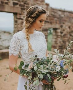 The gorgeous landscape setting behind that outdoor rock wall called for an overgrown beauty of a bouquet. - and can we talk about that braid?! Image: @bjmatthews09  #jzfloral