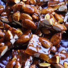 アーモンドやクルミ、ピーナッツなど、種類が豊富なナッツ類。色々な料理の材料として使われたり、そのままおやつやおつまみとして食べたりと人気の食材ですよね。今回はそんなナッツを使った絶品おやつのご紹介です。香ばしくてかりっとした食感があとをひく美味しさですよ♪