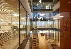 Mercurin tiloissa Falconissa on omassa aulassa portaat suoraan toiseen kerrokseen. Interior Ideas, Offices, Divider, Stairs, Room, Furniture, Home Decor, Classroom, Bedroom