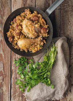 Κοτόπουλο με λουκάνικο και ρύζι (Βγάλε τα καυτερά και το κοτόπουλο ξεκοκκαλισμένο )