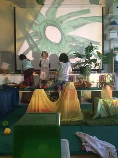 Lovely light and shadow play idea! Reggio Inspired Classrooms, Reggio Classroom, Classroom Design, Reggio Emilia, Home Childcare, Emergent Curriculum, Overhead Projector, Engage In Learning, Creative Area