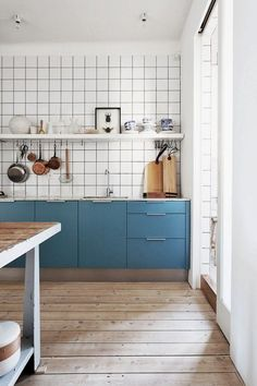 White tiles, wooden floor, blue kitchen cupboards / Kitchen Inspiration