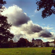 Wolken boven oude vestingstad Delden vanaf Cramersweide #clouds over #stad #delden #field #green #instagram - @marcel_tettero- #webstagram De villa iets rechts van het midden was een tijdlang stadhuis van Amt Delden, dat binnen de grenzen van de gemeente Stad Delden stond.