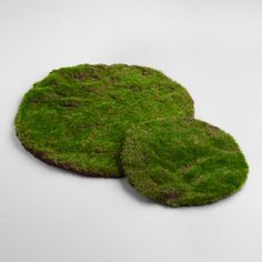 Lend an organic-inspired look to your springtime tablescape with our mossy round mats, perfect starting points for festive Easter centerpieces or scenes.