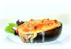 Las berenjenas rellenas son una deliciosa y saludable opción para la cena. Ademas de la gran cantidad de propiedades que contiene este vegetal, es muy rico y nutritivo.
