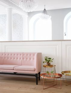 Home Interior Design — pink couch ( HID ) Chic Living Room, Living Room Sets, Living Spaces, Home Interior, Interior And Exterior, Modern Interior, Rosa Sofa, Pink Couch, Vogue Living