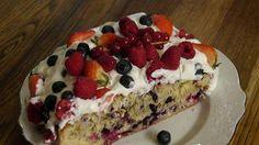 Очень вкусный и простой в приготовлении десерт. За счёт ягод он получается очень сочным и нежным.