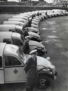 New Citroën AZUs for the Dutch 'Wegenwacht', The Hague 1959 Old Vintage Cars, Vintage Photos, Psa Peugeot, 2cv6, Citroen Car, Police Cars, Police Vehicles, Car Brands, Car Humor