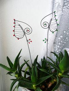 Idea only. Wire Crafts, Metal Crafts, Diy And Crafts, Wire Wrapped Jewelry, Wire Jewelry, Wire Art Sculpture, Hanger Crafts, Wire Ornaments, Wire Flowers