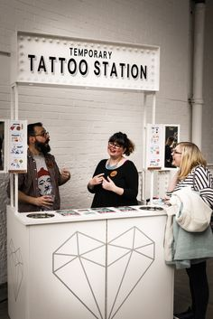 Our Temporary Tattoo Station - (NO idea what I'm doing BTW!) Mad'moizelle BeeBee au Most Curious Wedding Fair Londres - Review - Mad'moizelle BeeBee (is a Bride to be)