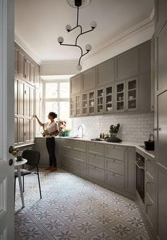 The Best Way To Incorporate Contemporary Style Kitchen Designs At Home Rustic Kitchen, Kitchen Dining, Kitchen Decor, Kitchen Cabinets, Cozy Kitchen, Oak Cabinets, Cupboards, Grey Kitchen Inspiration, Home And Deco