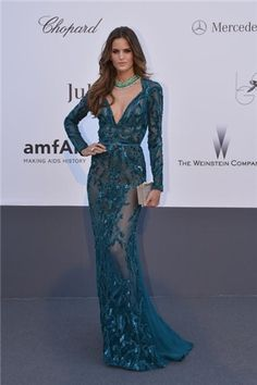 Caness 2013: Impresionante #IzabelGoulart en la Gala amfAR con un vestido verde esmeralda con transparencias de #ElieeSaab colección Otoño-Invierno 2013