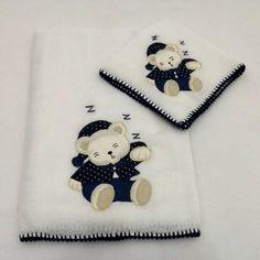 Jogo de babitas bordadas com ursinho dormindo e acabamento em crochê.    Tamanho: Babita - 32 x 32 cm; Fralda - 67 x 67 cm    Tecido: Fralda Cremer Luxo - 100% algodão