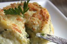 """Pour accompagner le poulet rôti dominical, j'ai préparé un mash de pommes de terre aux herbes… Un mash ? Oui oui, comme une purée de pommes de terre avec encore quelques morceaux, des herbes, de la crème fraiche et surtout beaucoup d'amour ( Ah oui car il faut tout écraser... <a href=""""http://marionadecouvert.com/recettes/moelleux-de-pommes-de-terre-a-la-mozzarella-bufflonne-fondue/"""">Lire la suite →</a>"""