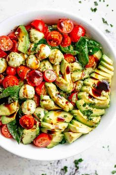 Caprese salad with creamy avocado slices and a delicious basil pesto sauce . - Caprese-Salat mit cremigen Avocado-Scheiben und einem leckeren Basilikum-Pesto-D… – Caprese salad with creamy avocado slices and a … - Healthy Snacks, Healthy Eating, Healthy Recipes, Veggie Snacks, Low Carb Vegetarian Recipes, Superfood Recipes, Veggie Food, Detox Recipes, Delicious Recipes