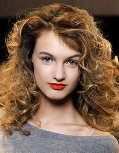 Les cheveux bouclés méritent une attention toute particulière. Il n'est pas toujours évident d'avoir en tête la coupe de cheveux bouclée idéale, surtout quand les cheveux n'en font qu'à leur tête. http://www.elle.fr/Beaute/Cheveux/Coupe-de-cheveux/Cheveux-boucles