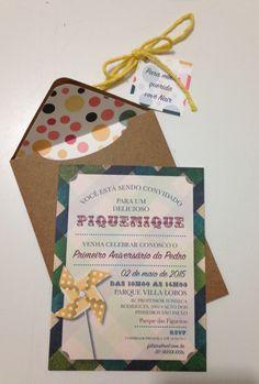 Convite de aniversário, impressão em papel 180gr, envelope em papel kraft forrado com recortes feitos na silhouette, acabamento com barbante e tag personalizada
