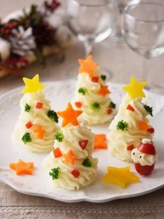 новогоднее оформление блюд - ёлочки из пюре, украшенные яркими овощами