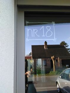 Huisnummer. Indien nieuwe gevel en geen plaats, met krijtstift op ruit tekenen.