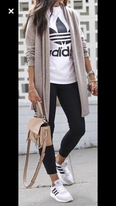 Frauenkleidung - 45 Trending Spring Outfits You Must Get / 39 Source by corinna_holsten comfy outfits Mode Outfits, Jean Outfits, Fashion Outfits, Sneakers Fashion, Womens Fashion, Fashion Shoes, Outfits For Mom, Everyday Outfits, Girls Weekend Outfits