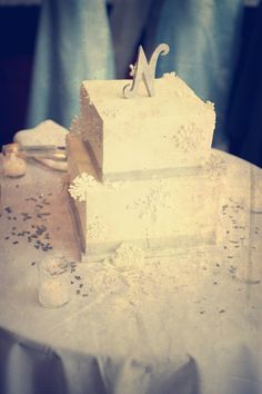 This cake is perfect for a winter wedding. Photo by Anna B. #BestWeddingCakesMinnesota