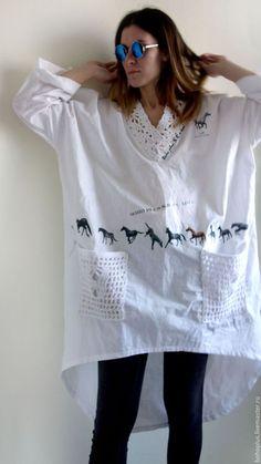 Блуза из хлопка в стиле бохо ' Аллюр' в интернет-магазине на Ярмарке Мастеров. Аллюром моя лошадка В галоп и по полю лечу Ах сколько мгновений бывало.... Необычная блузка из хлопка с вязаными деталями. С криволинейным низом блузы и декором -печать лошадей. Любительницы таких вещей будут в восторге.