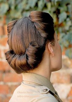 Modelling with retro- and Tip Top Hair Design Vintage Hair Inspiration Cabelo Pin Up, 40s Mode, Estilo Pin Up, Look Retro, Pelo Natural, Retro Hairstyles, Scene Hairstyles, Quick Hairstyles, 1940s Hairstyles For Long Hair