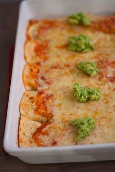 Vegetarische enchiladas | wraps gevuld met tomatensaus en een lekker krokant laagje kaas | the answer is food