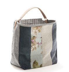 Mala, estilo saco em tecido, forrada. Alça em couro natural. Pode ser usado tanto no ombro como no braço. Medidas: 48x38x17 cm