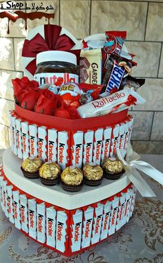 Cute Birthday Gift, Friend Birthday Gifts, Diy Birthday, Candy Bouquet Diy, Diy Bouquet, Candy Crafts, Diy Crafts For Gifts, Diy Surprise Box, Eggless Desserts