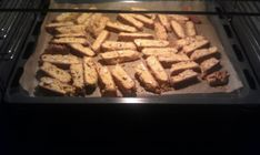 Recept: 100 g mandel 75 g smör 1 1/2 dl sockerersättning 3 ägg 2 pkt saffran, 0,5 g 500 g mandelmjöl 1 tsk bakpulver Blanda samman rumsvarmt socker, saffran och smör tills det blir poröst och tills…