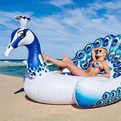 There's a new trend taking the world of outdoor decor by storm and that's statement pool floats. Fun, exotic and insta-worthy is the order of the day so grab yourself a peacock and float with style! Summer Pool, Summer Fun, Pool Architekten, Reproduction Photo, Cool Pool Floats, Giant Pool Floats, Pool Accessories, My Pool, Seen