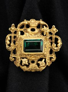 This jewel recovered from the shipwrecked Spanish ship the Atocha fetches $410,000 #OldMastersWeek pic.twitter.com/74ekgv9z