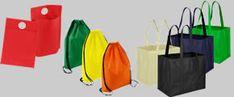 Variedad de colores modelos y tamaños en bolsas TNT ecológicas reutilizables Bookends, Outdoor Decor, Bags, Home Decor, Block Prints, Role Models, Reusable Bags, Santiago, Fabric Purses