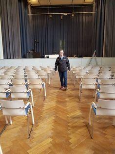 Bei Veranstaltungsräumen wie diesem muss immer der genehmigte Bestuhlungsplan eingehalten werden! Einfach ein, zwei Stühle dazu stellen, geht nicht!