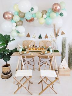 """Superbe guirlande de ballons """"Wild"""" parfaite pour décorer un anniversaire """"boho"""" sur le thème des petits indiens par exemple.   Ce KIT est composé de 50 ballons de tailles différentes (de 12 cm à 40 cm) et de couleurs différentes dans les tons de menthe, jaune pastel, pistache et rose gold, d'un ruban magique pour accrocher vos ballons et d'une super notice explicative ! Au-dessus d'une jolie table pour une décoration originale et tendance. #archeballons #balloongarland Decoration Originale, Kit, Table Decorations, Furniture, Home Decor, Pastel Yellow, Garland, Homemade Home Decor, Home Furnishings"""