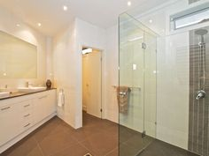 Modern bathroom design with recessed bath using ceramic - Bathroom Photo 1304605
